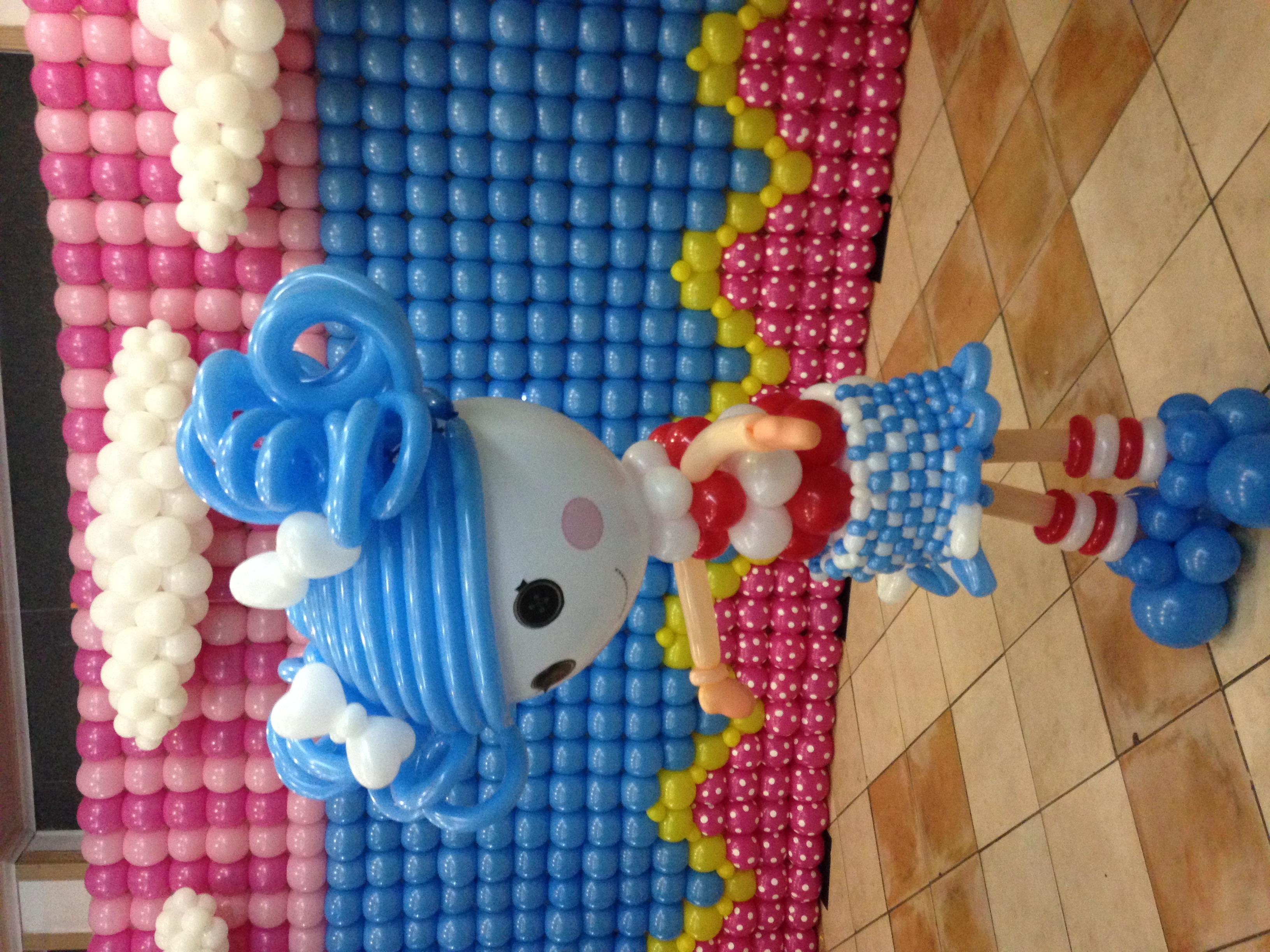 muñeca con globos