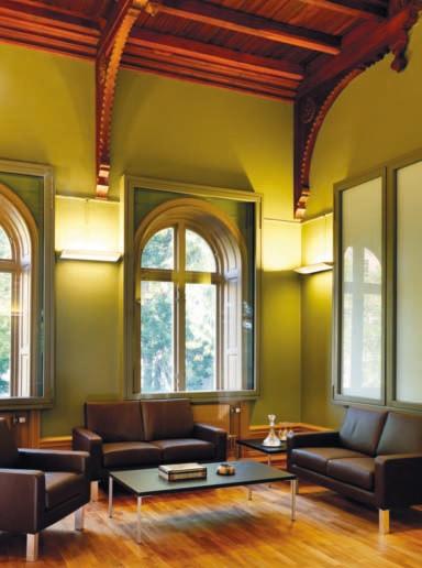 כיום, החדר משמש כחדר עבודה בשגרירות.jpg