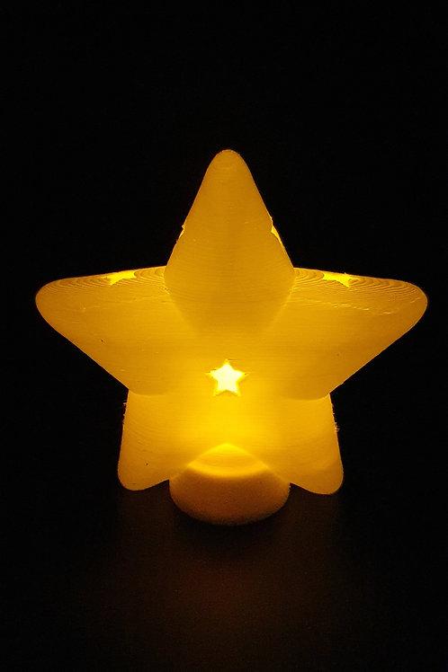 Leuchtender Weihnachtsstern mit sternförmigen Öffnungen