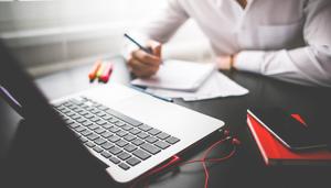 marketing digital pessoa mexendo no notebook empresa negocios