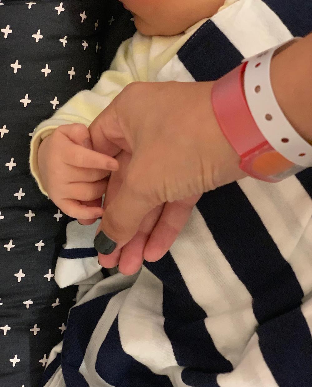 לידה, צמיד בית חולים, תינוק בן יום, לידה קיסרית, ניתוח קיסרי,