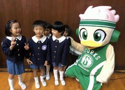 プロバスケの試合でエスコートキッズの機会をくださった『阪急学園』さん