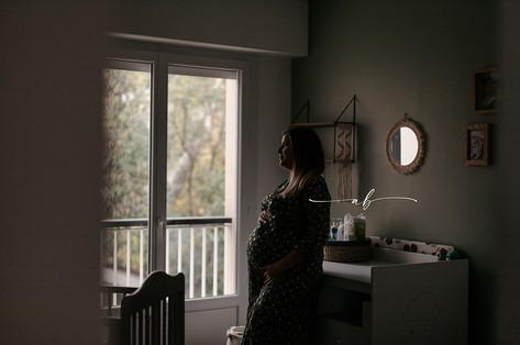 Séance grossesse à domicile en lumière naturelle