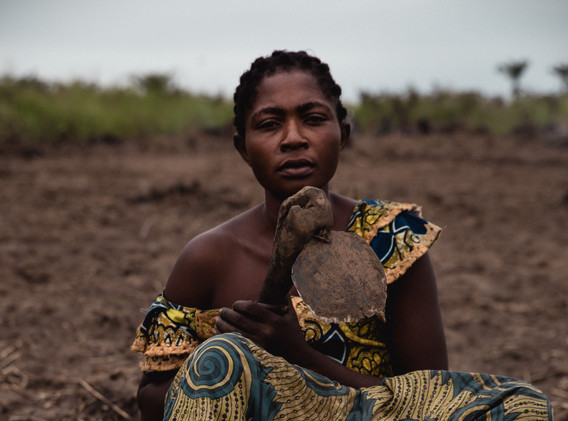 At the exit of Kananga, a woman works in the fields.