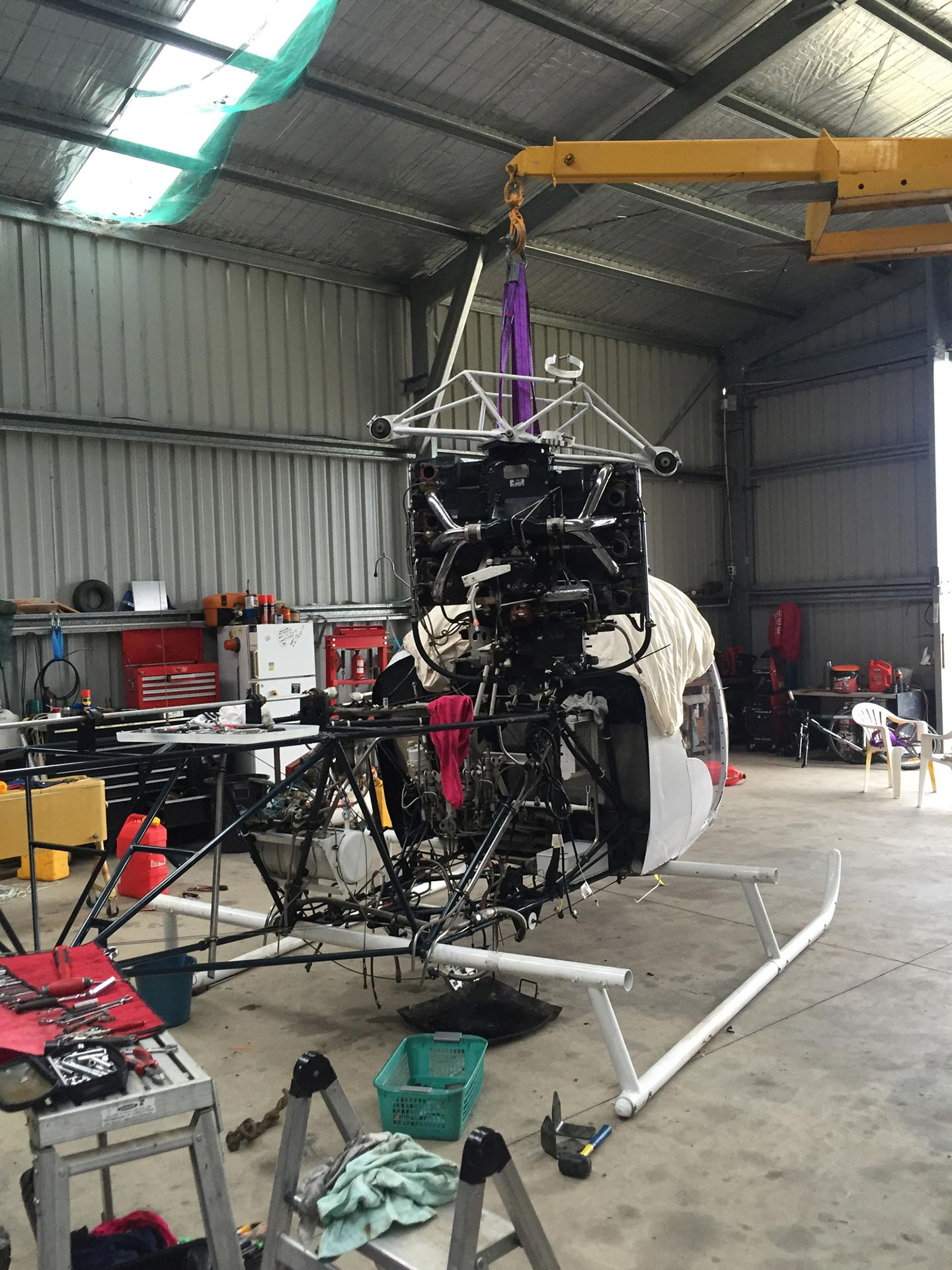 Helicopter_Bell_47_Engine_Change