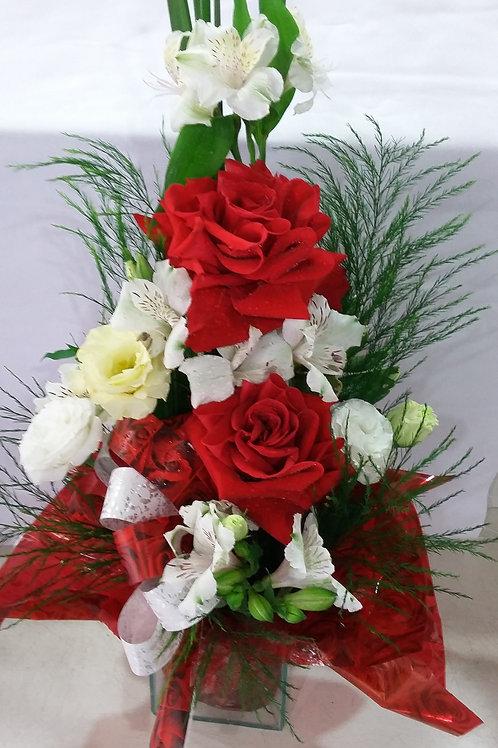 Arranjo de 2 rosas colombianas e astromélias