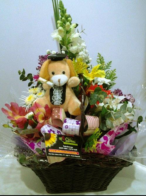 Cesta com flores variadas e ursinho de formatura