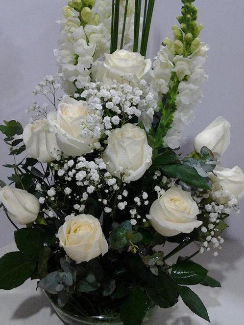 Arranjo com rosas brancas e boca de leão