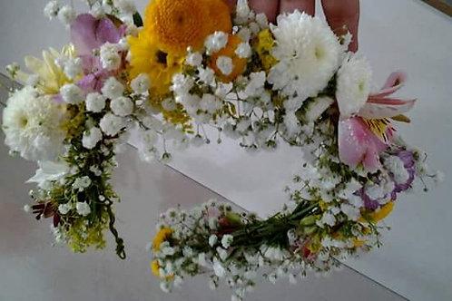 Tiara de flores variadas.