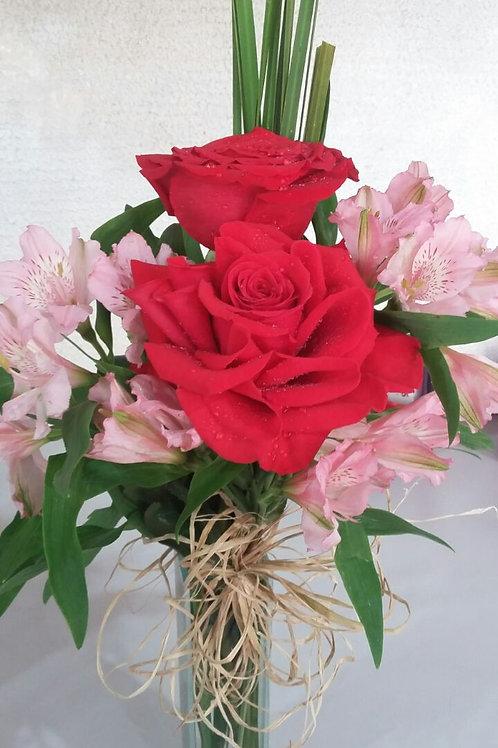 Arranjo de rosas importadas com astromélias