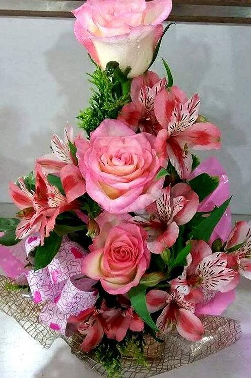 Arranjo com rosas e astromélias