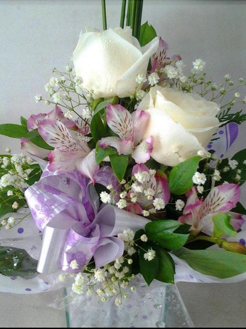 Arranjo de rosas brancas e astromélias  em vidro