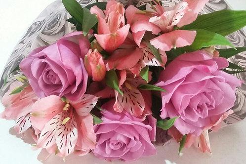 Boque rosas e astromélias