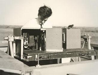Ph4_Dr_Mike_Gadsden_1961_adjusts_spectom