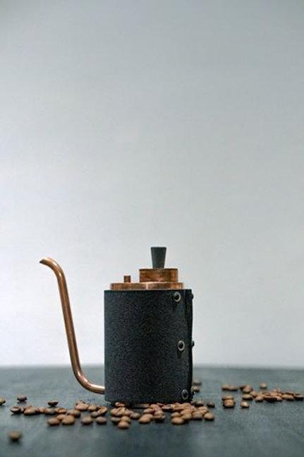 手工銅倒在水壺上