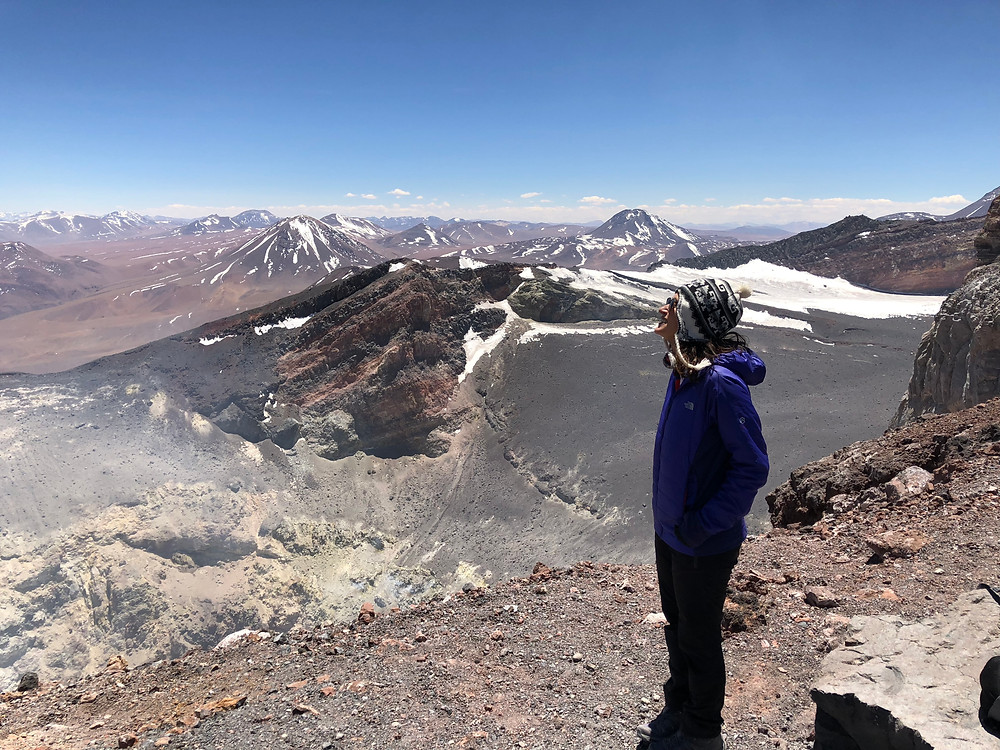 menina cratera vulcão