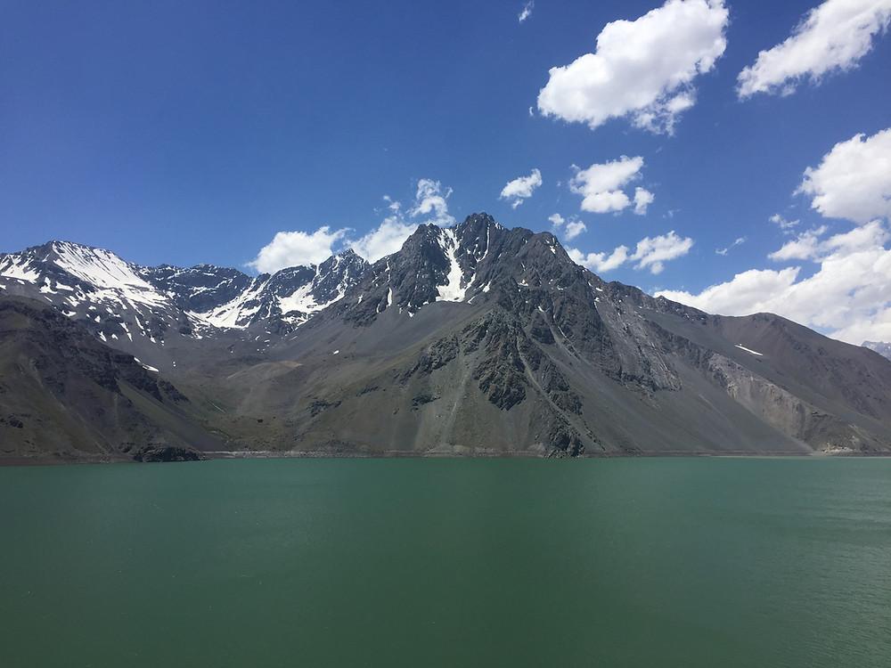 Lago verde montanhas