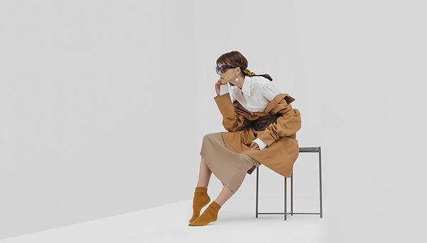Una modelo en blanco y marrón.