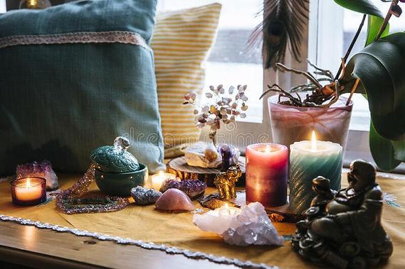 altar-feng-shui-em-casa-na-sala-de-estar-ou-cama-atração-do-conceito-riqueza-e-prosperidad