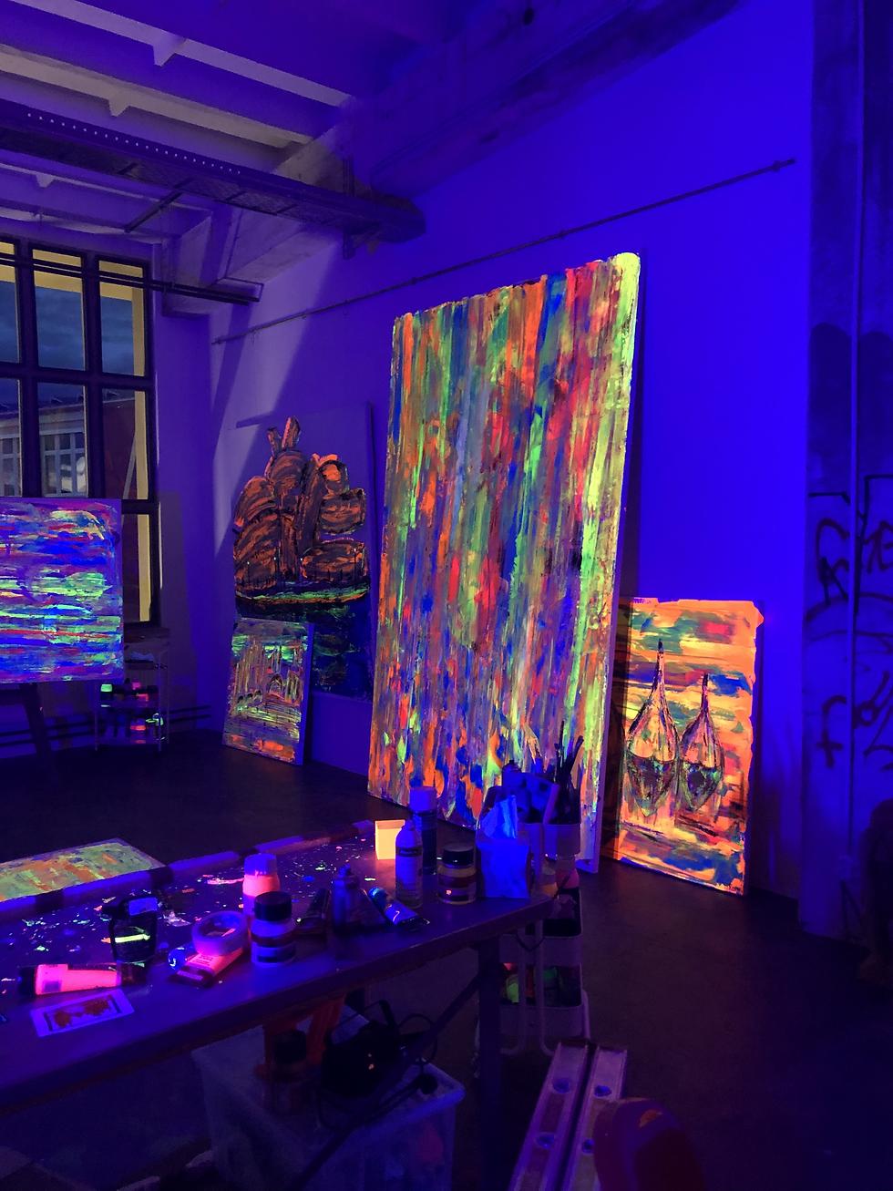 Bunte Bilder mit fluoriszierenden Farben ausgestellt