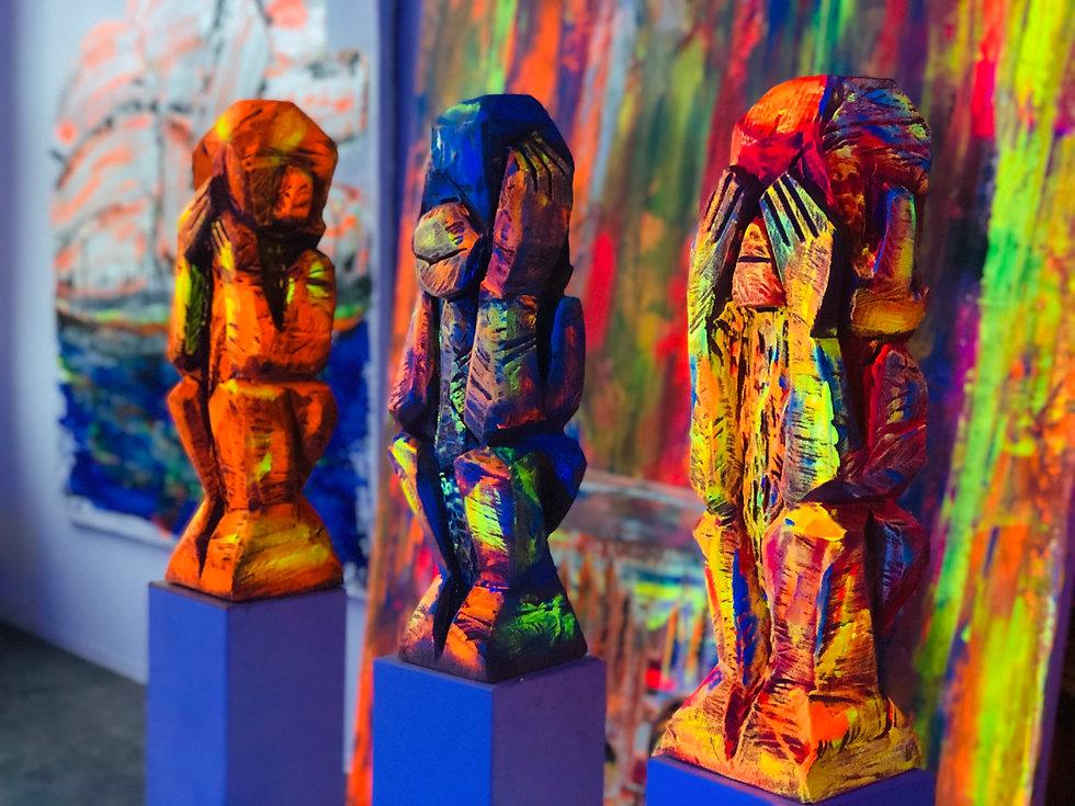 Statuen mit fluoriszierender Farbe