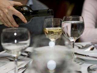 El agua en el servicio de mesa y la forma de presentar los vinos