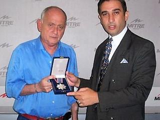 Chiche Gelblung condecorado por manos del profesor Gavaldá y Castro
