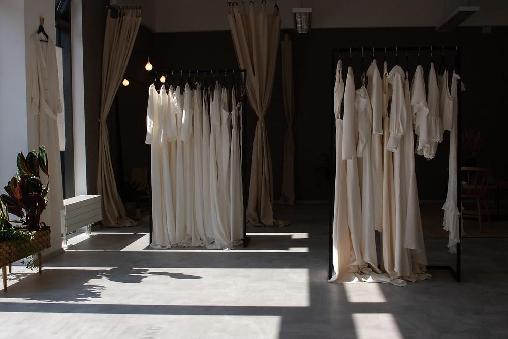 Moderne und schlichte Brautkleider aus Seide sind nur ein kleiner Teil des Sortiments. Auch aufwendige Boho Brautkleider,