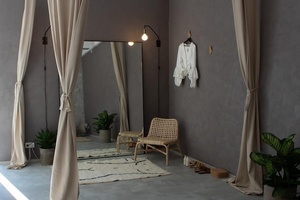 Buche einen Termin für eine Anprobe und finde dein perfektes Brautkleid in unserem Store in Hamburg.