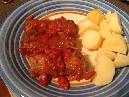 Meat parcels in tomato sauce (involtini al sugo)