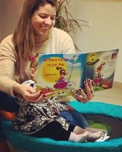 אמא קטי מקריאה לבתה