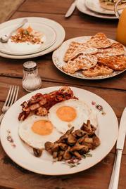 Assiettes bacon oeufs et champignons