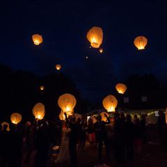 Wensballonnen oplaten ter nagedachtenis aan de moeder van de bruid