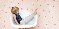 Junge auf einem Stuhl sitzt