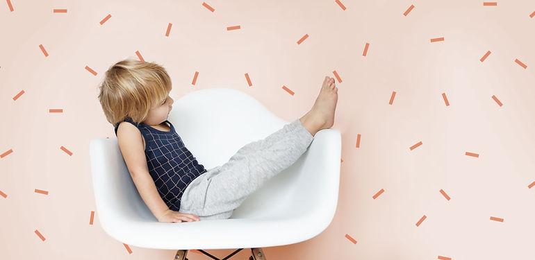 Muchacho que se sienta en una silla