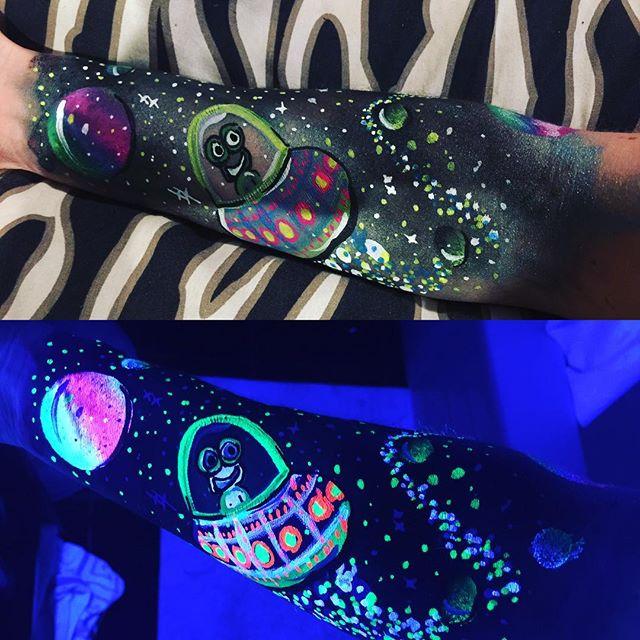 Neon is so much fun 😁#fivelittlemonkeys