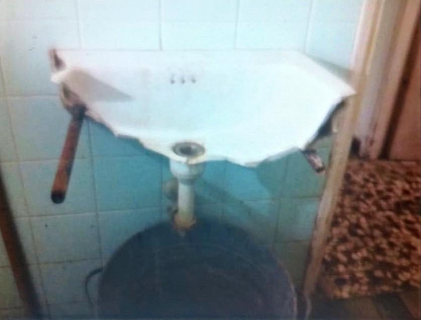 """אחד משכניה של דגנית, דייר דיור ציבורי, פונה ע""""י היזם לדירה חלופית שבה זה היה הכיור בחדר האמבטיה"""