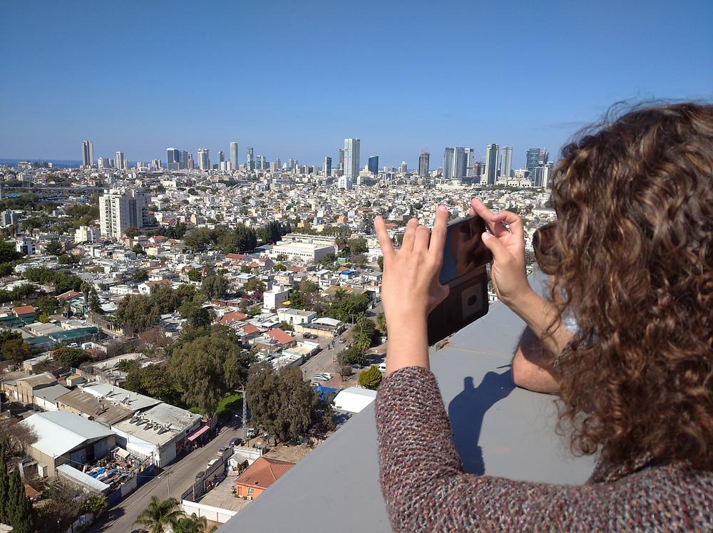 נועה מ-STREETLIGHT צופה בשכונת הארגזים, מהגג של מגדלי ה-TLV