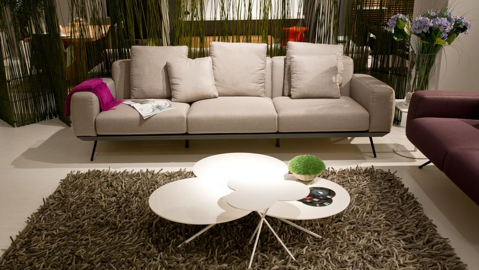 white-sofa-near-white-round-table-417003