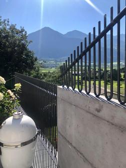 Zaun auf Betonmauer