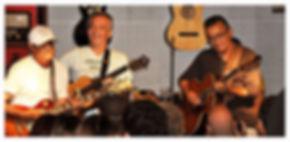 na imagem temos mimi rocha com cristiano maia tocando guitarra e violão no projeto encontros no cantinho.