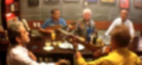 mesa com amigos tocando musicas boemias
