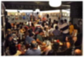 ambiente com ar condicionado para clientes no restaurante cantinho do frango