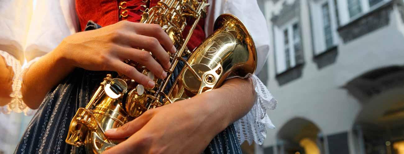 Saxophon Frau Hände