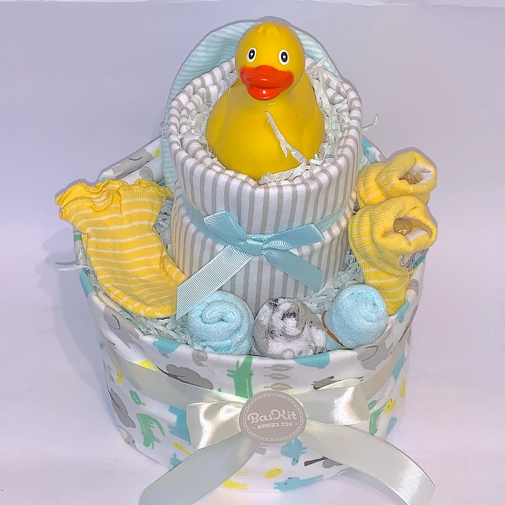 מתנה ללידה בצורת עוגת טיטולים מתוקה ושימושית