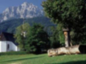 Kirche mit Dorfplatz.jpg