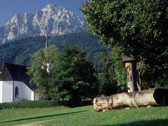 Dorfplatz mit Blick auf den Hochstaufen