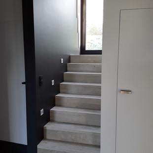 escalier avec spot intégré dans le mur