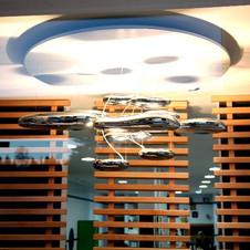 luminaire moderne et cloison en bois