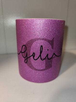 Glitzertasse in lila mit Wunschname und Anfangsbuchstabe